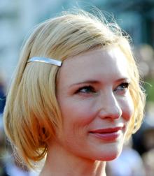 Cate Blanchett soluciona fácilmente el problema que una melena corta ladeada ocasiona con mayor frecuencia: el pelo tiende a ir hacia la cara. Soluciónalo con una horquilla-joya y además darás un nuevo estilo a tu peinado.